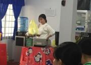 GV trong trường thực hiện vệ sinh khử trùng lớp học.